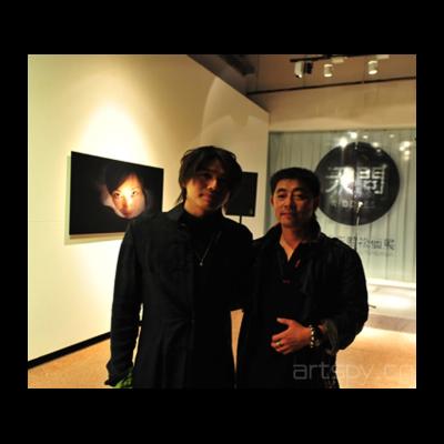 左:策展人7艺术中心总经理-黄圣智-右:艺术家-王劲松