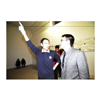 乌托邦艺术小组艺术家邓大非(左)在做准备工作
