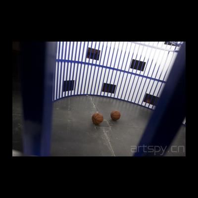监狱里、外一共有八个足球。