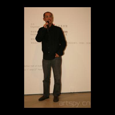 参展艺术家代表邱志杰在开幕式上致辞