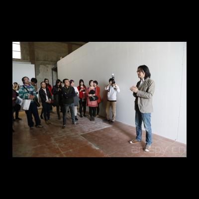 苏伟为到场嘉宾和媒体导览