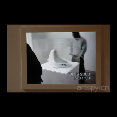 蔡元和奚建军 《两位艺术家在杜尚的小便器上撒尿》