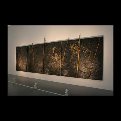 尚扬,浴竹图-2,253×720×16cm,布面沥青、竹、铁、泥土,2013