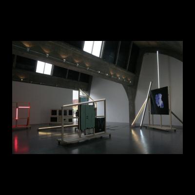 解酲,木头、灯、亚麻布、木板及丙烯颜色,不规则尺寸,2014
