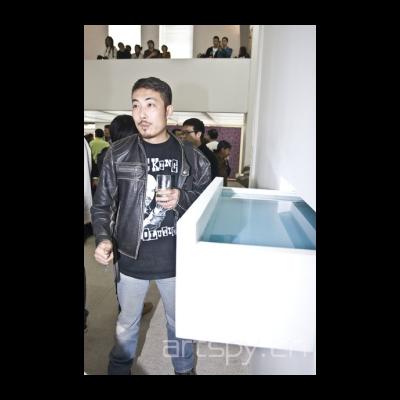 艺术家 吴玉仁在他的作品前