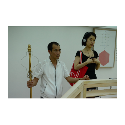 郑国谷在引导观众体验身体的能量